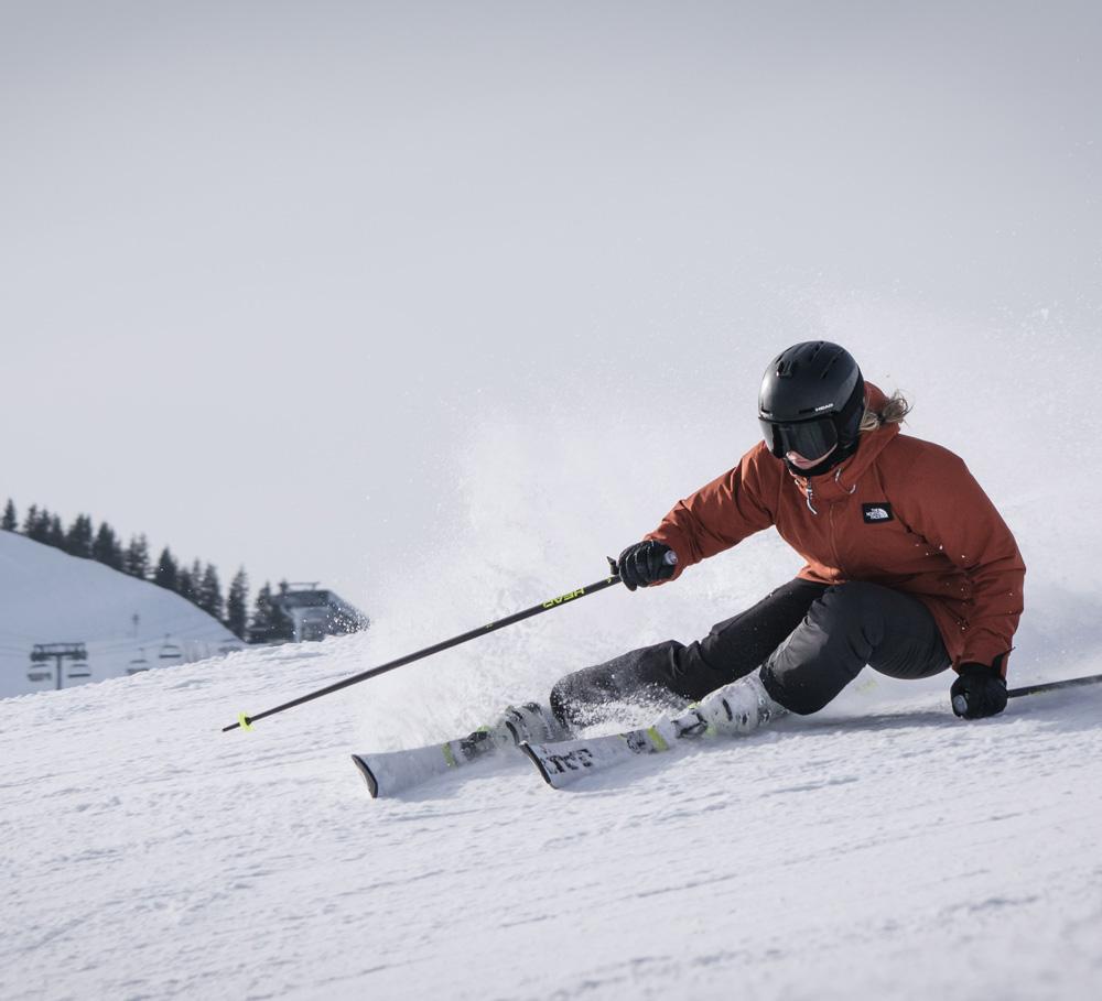 En slalomkjører som har verdifullt skiutstyr
