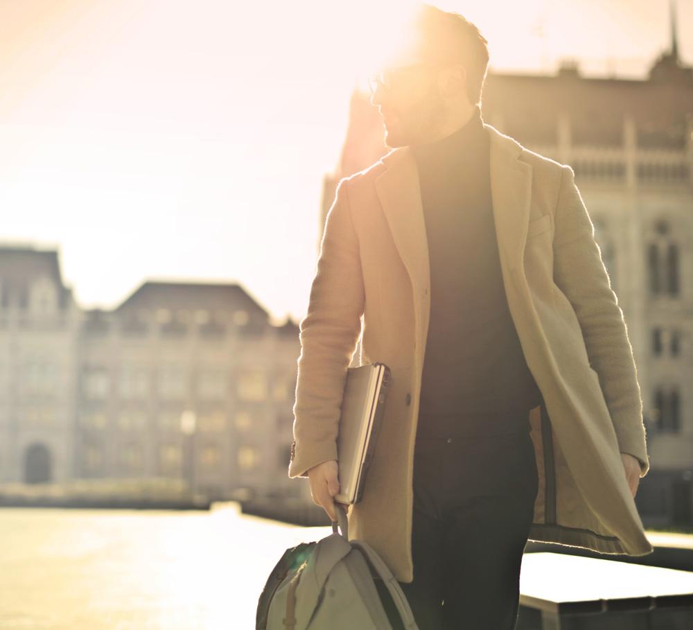 En mann på reise i en storby