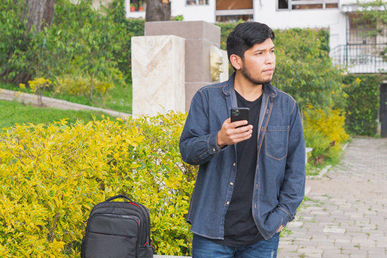 En mann som har sjekket inn bagasjen sin med mobilen