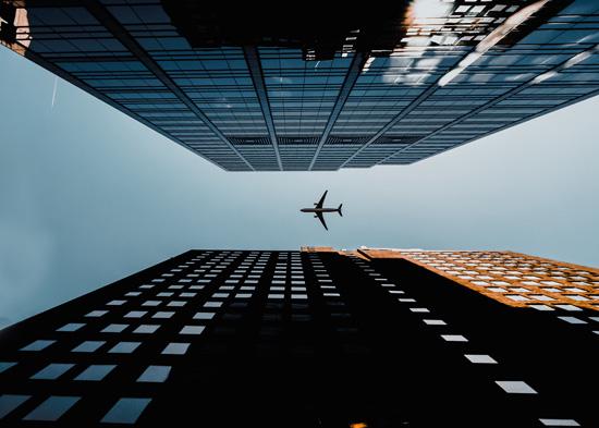 Et fly på himmelen mellom to høye bygninger