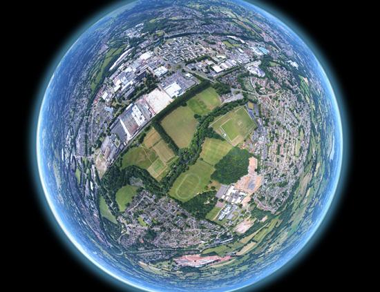 Verden sett gjennom en glasskule som får den til å se ut som en planet