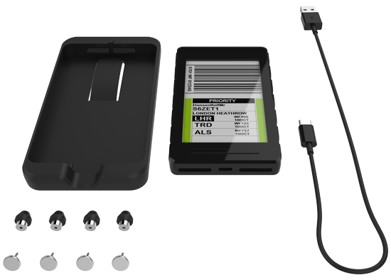 Det du får ved bestilling: festeplate med fire festenåler, en bagID GO og USB-C ladekabel
