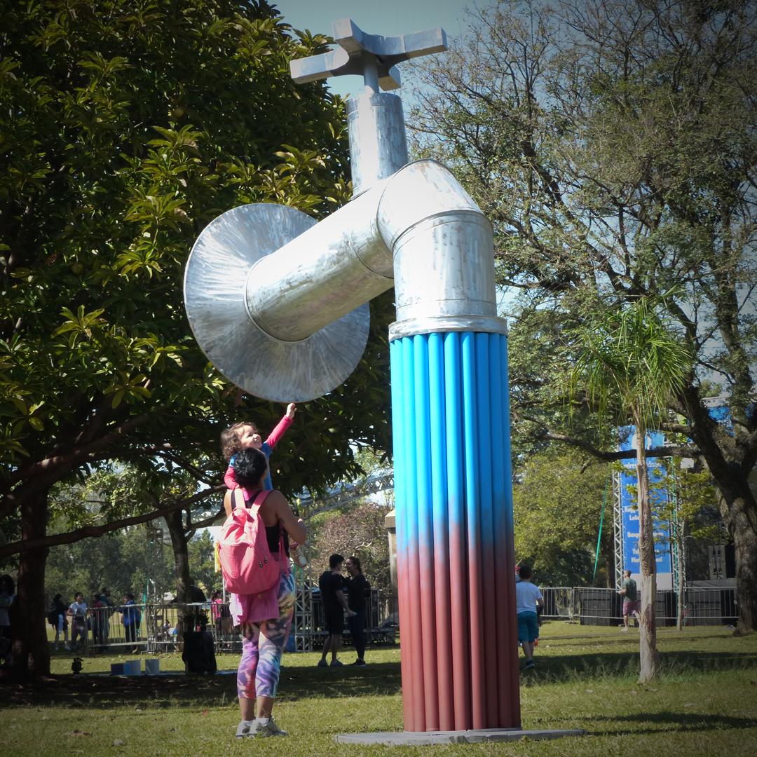Criança brinca com obra Torneira no Parque Ibirapuera