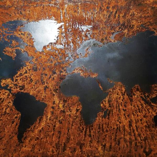 mapa mundi em aco carbono enferrujado