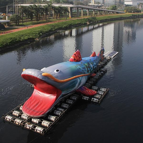 intervenção urbana de peixe  pintado gigante no rio Pinheiros