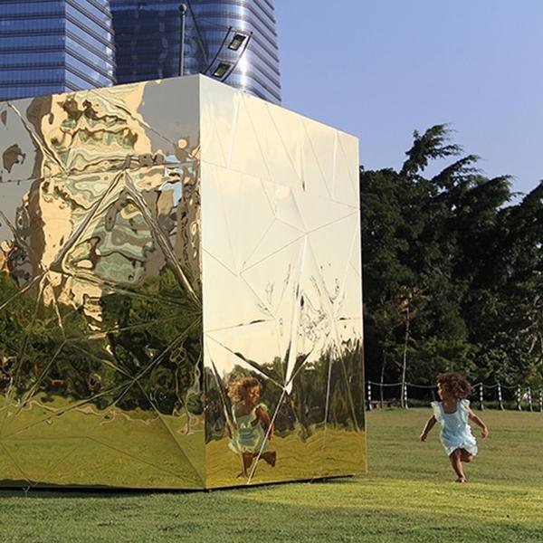Caixa de pandora dourada no parque do Povo em São Paulo