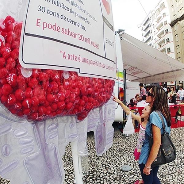 bolsa de sangue gigante ação para doação no maracana