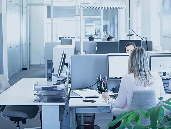 Katrin Hugl und Kollegen bei der Arbeit im Büro der pisa Versicherungsmakler GmbH