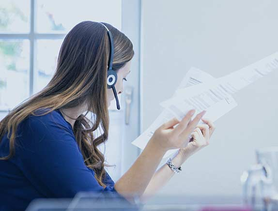 Mitarbeiterin bei der Arbeit im Büro der pisa Versicherungsmakler GmbH