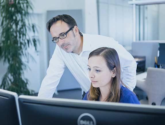 Mitarbeiter bei der Arbeit im Büro der pisa Versicherungsmakler GmbH