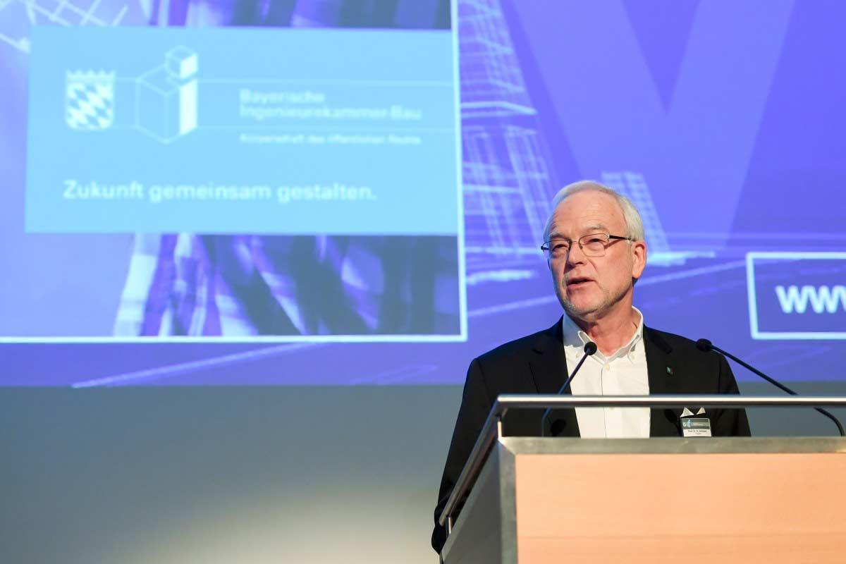 Prof. Dr. Norbert Gebbeken hält seine Rede auf der Bühne