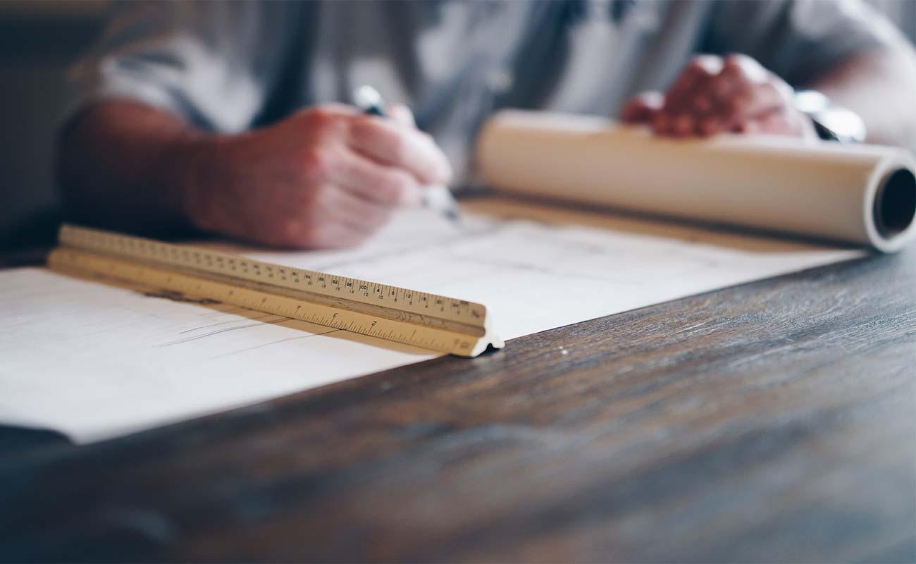 Architekt zeichnet einen Bauplan
