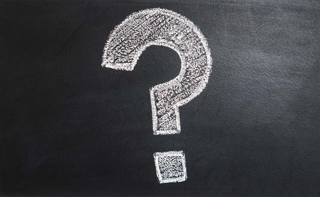 Fragezeichen auf einer Kreidetafel