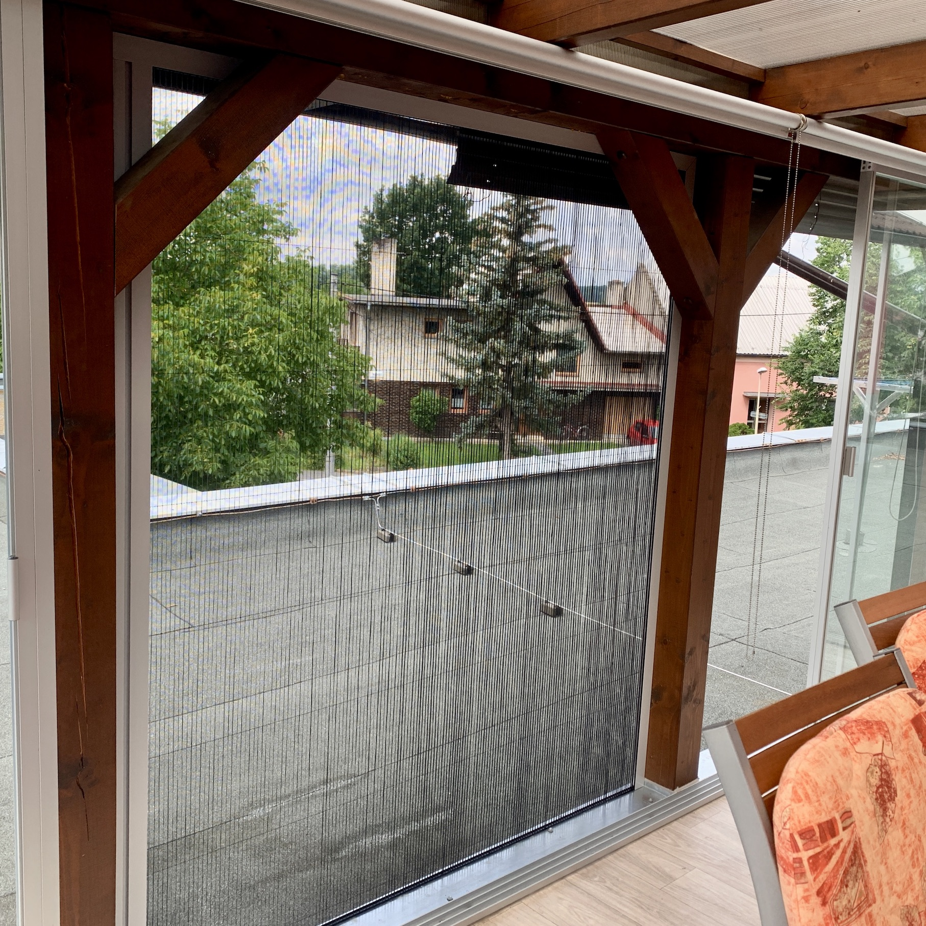 Látkové roleta a plissé dveřní síť terasa