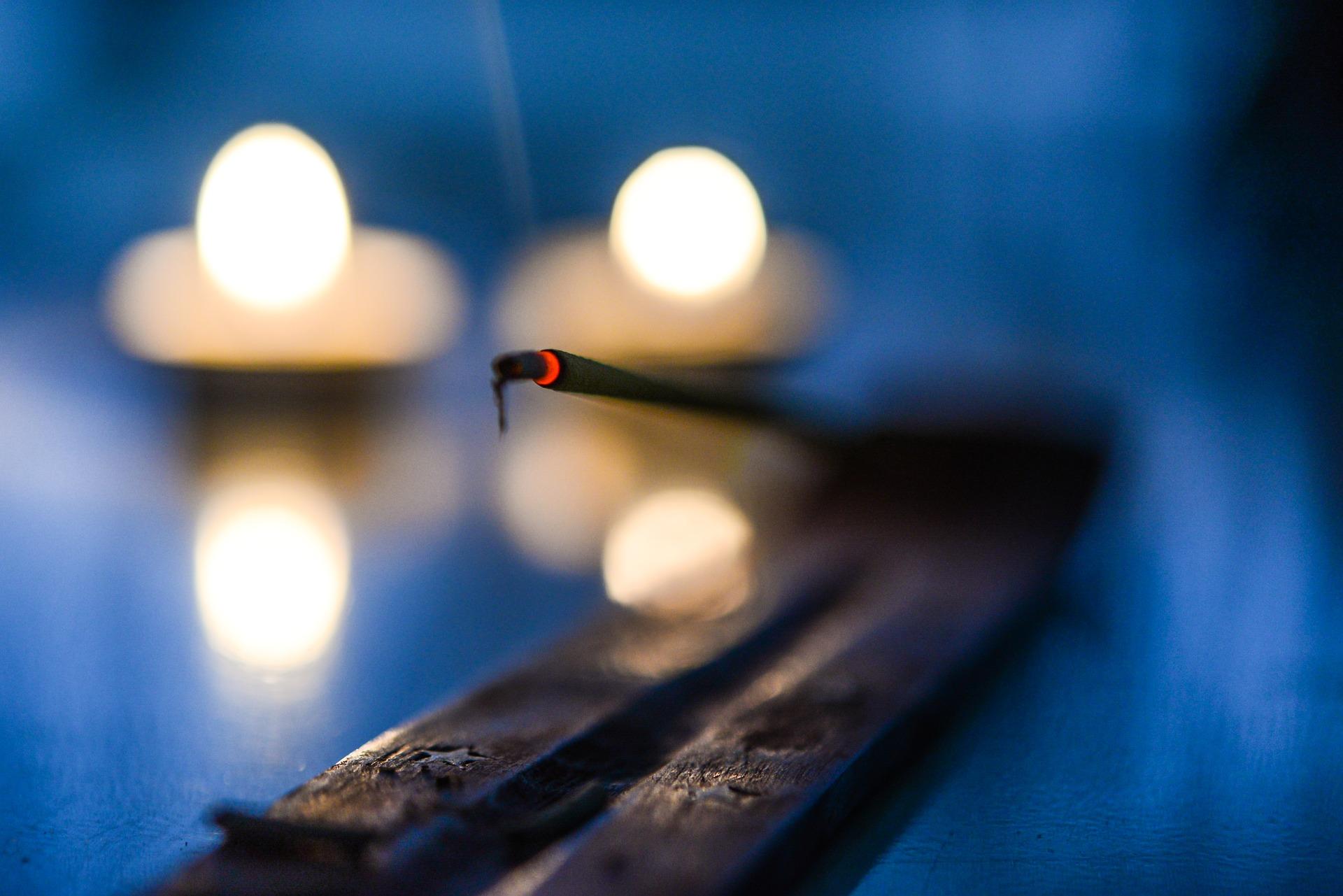 https://pixabay.com/photos/incense-glow-candle-burn-religion-2733035/