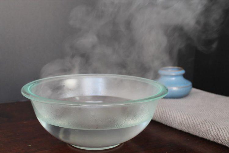 Cách trị sưng môi bằng nước ấm
