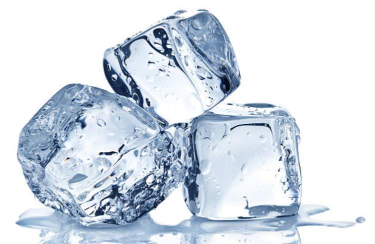 Cách trị sưng môi bằng đá lạnh
