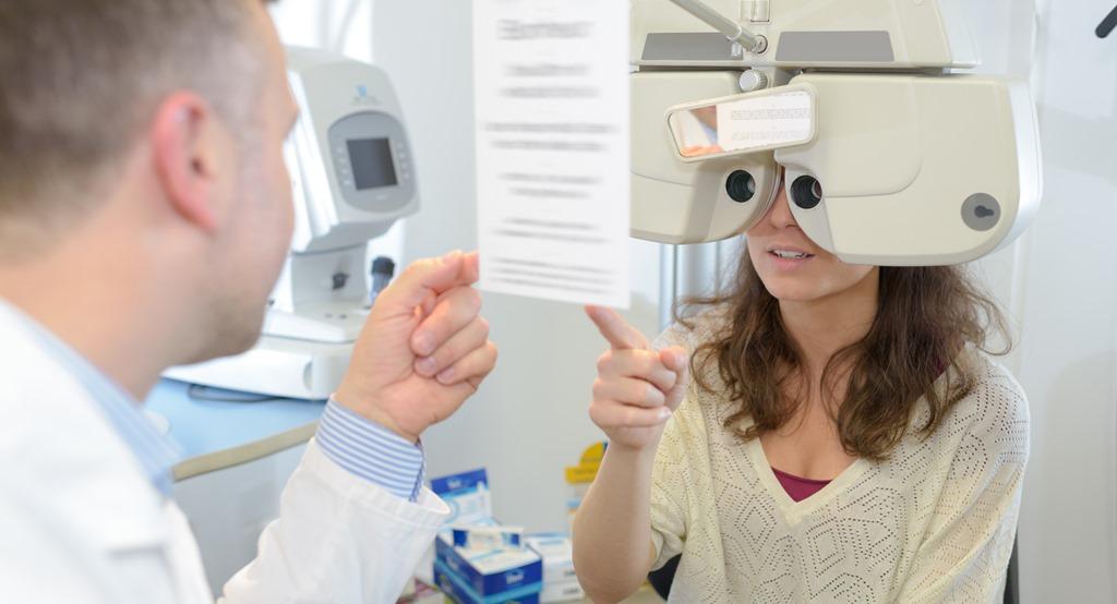 Bác sĩ khám mắt cho bệnh nhân