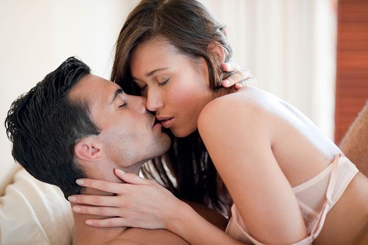 hôn môi hôn cổ để nàng nhanh lên đỉnh