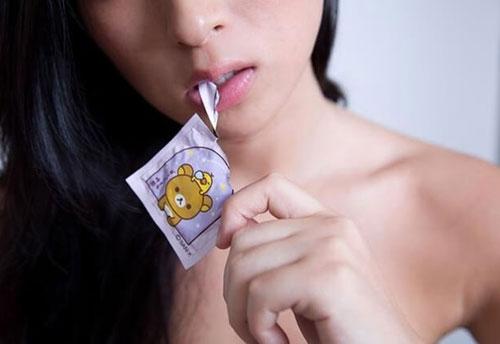 Cách sử dụng bao cao su bằng miệng