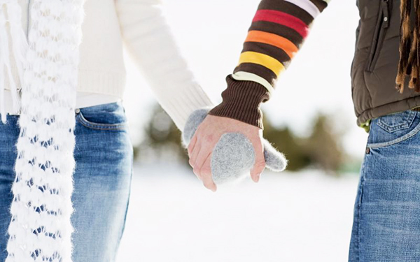 ảnh 2 người nắm tay nhau trong mùa đông lạnh giá