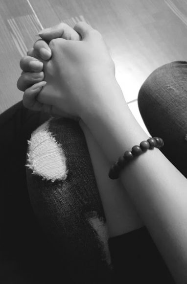 hình ảnh nắm tay nhau đen trắng
