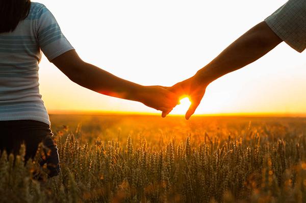 hình ảnh nắm tay người yêu trong chiều thu