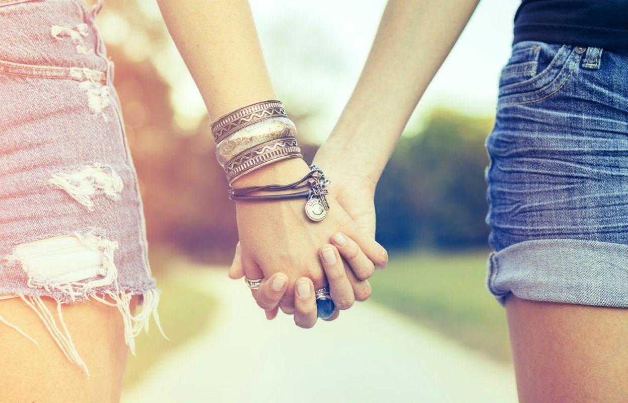 Ảnh chị nắm tay em cực xinh