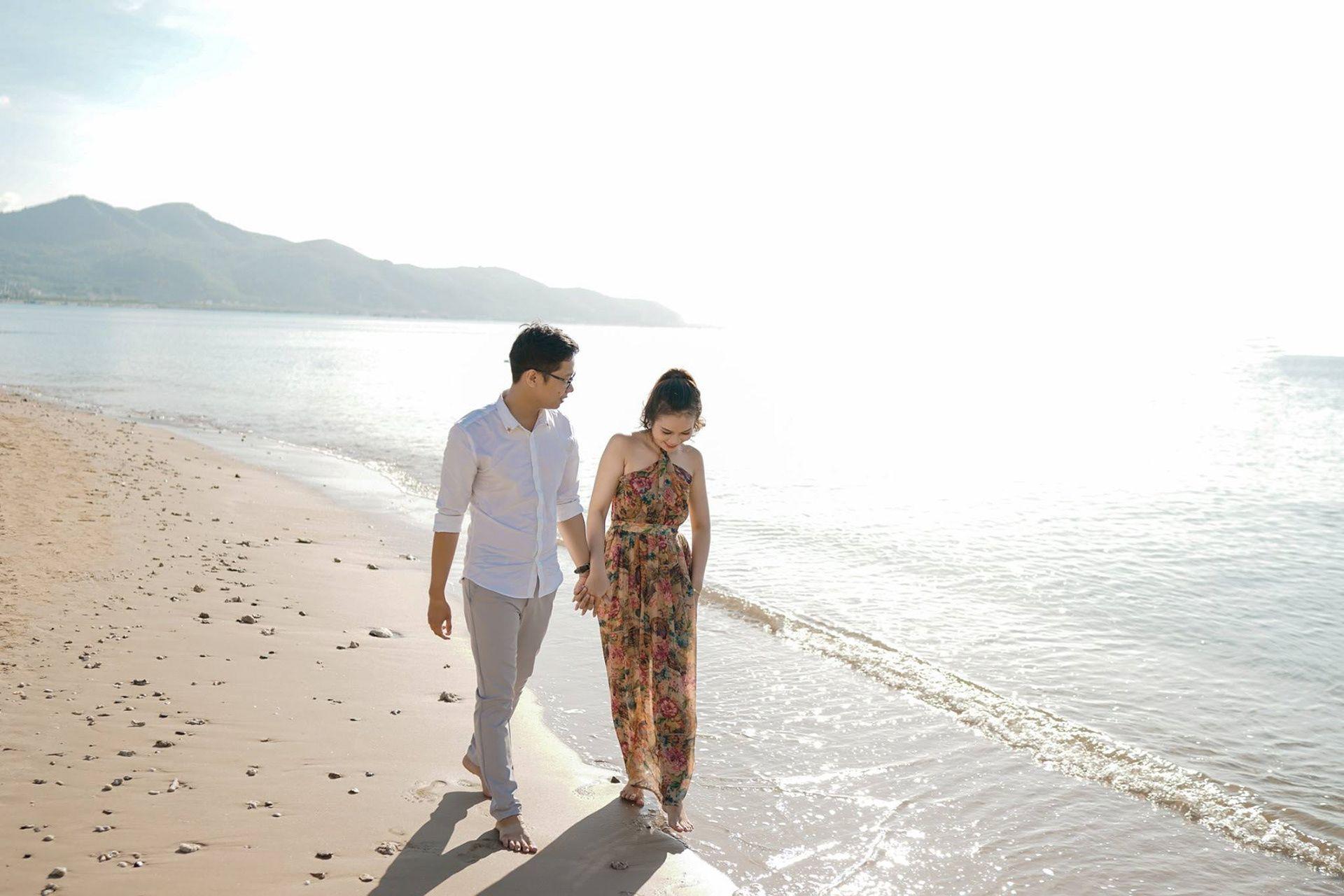 Ảnh cùng nắm tay nhau đi dạo bờ biển