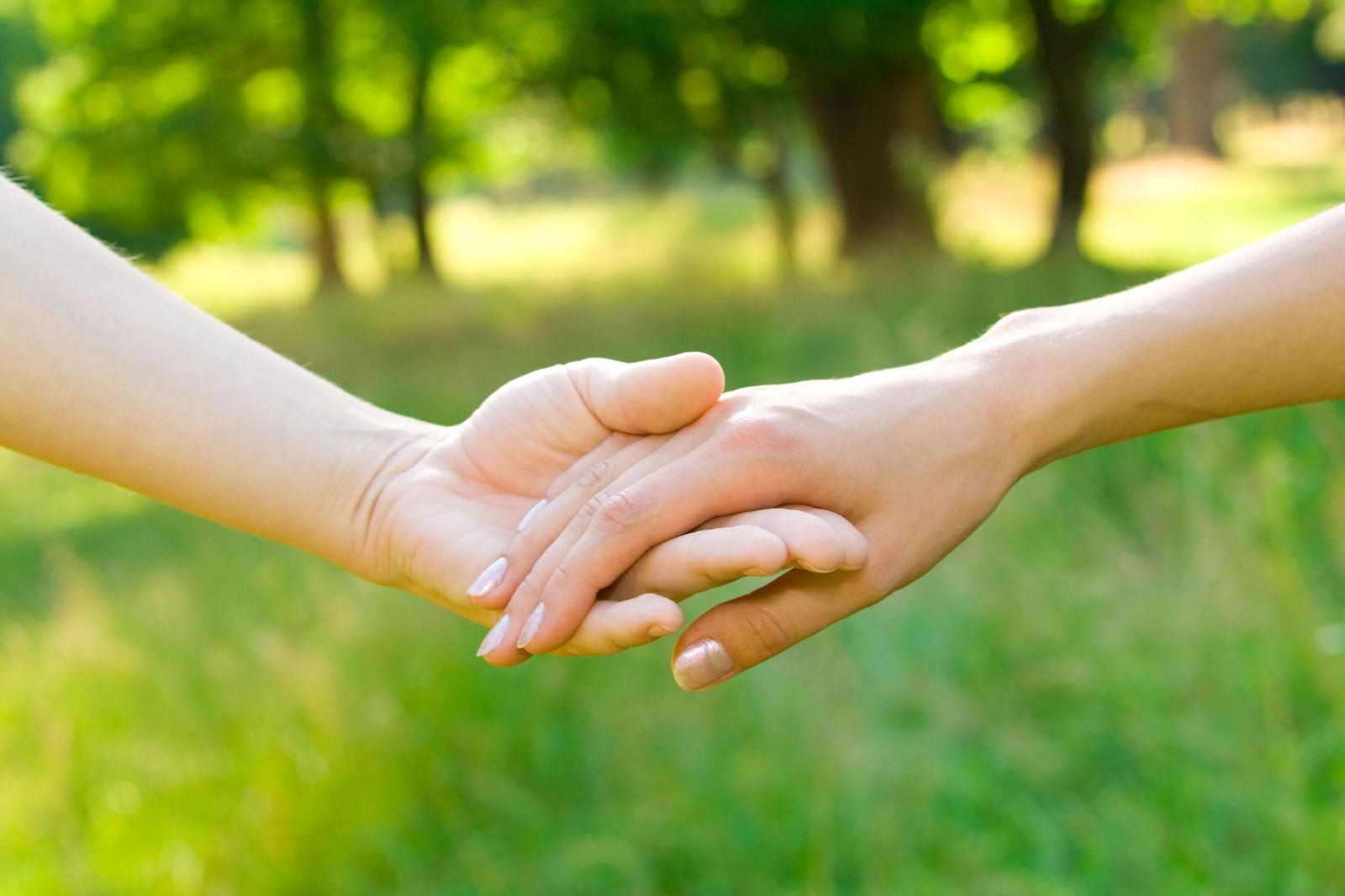 Hình ảnh em nắm tay anh đưa anh đi cùng nhau