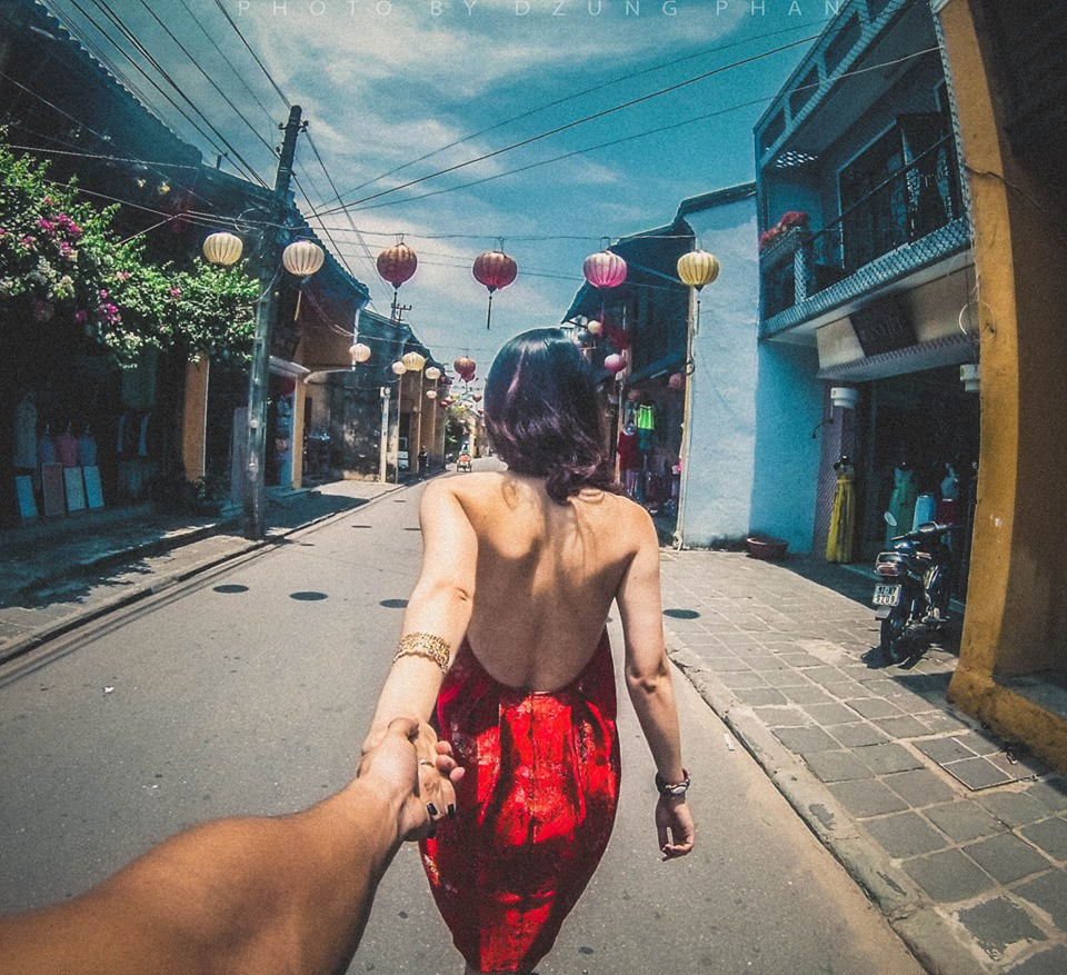 Nắm tay đưa anh đi khắp thế giới