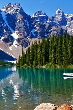 Kanada - Der Moraine Lake mit seinem tiefblauen Wasser liegt in den Rocky Mountains im Banff National Park in der Provinz Alberta und ist umgeben von nicht weniger als zehn 3000ern, die das Valley of the Ten Peaks formen! Was ist in dem Land eigentlich nicht spektakulär? Thiên Nhiên Tuyệt Vời, Núi Đá, Địa Điểm Nghỉ Mát, Nhiếp Ảnh Thiên Nhiên, Địa Điểm Đẹp