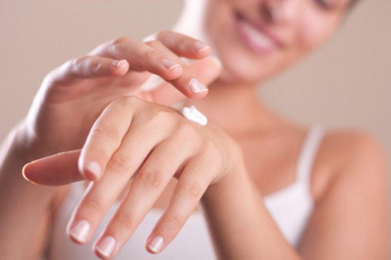 Bôi kem dưỡng ẩm cho da tay giúp hạn chế tình trạng da khô ráp và ngứa ngáy