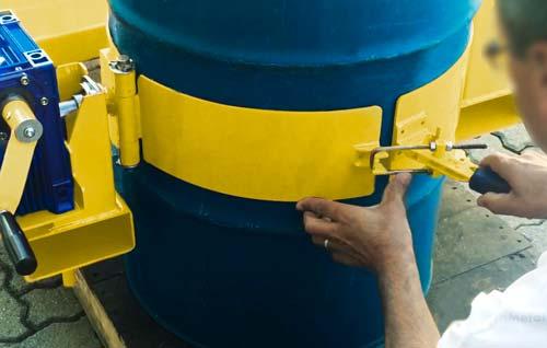 Fabricamos o DGT com cinta robusta de aço com grampo para travamento e regulagem de diâmetro. Na parte interna utilizamos uma proteção emborrachada para evitar rasuras no tambor e proporcionar mais aderência.