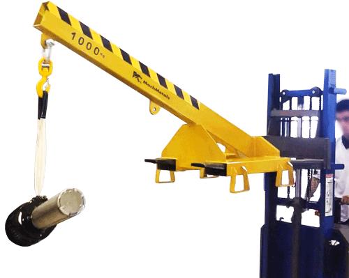 Fabricamos a Lança de Carga com aço reforçado, gancho giratório com trava de segurança e corrente para fixação na empilhadeira.