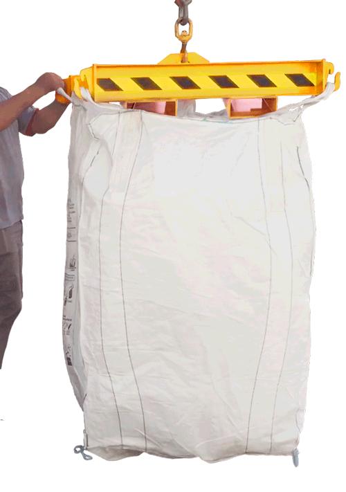 Para garantir ainda mais segurança, possui quatro suportes soldados ao equipamento, em formato de ganchos, que permitem fixação das alças da bag. Além de uma corrente para fixação no garfo evitando possíveis escorregamentos da Travessa.