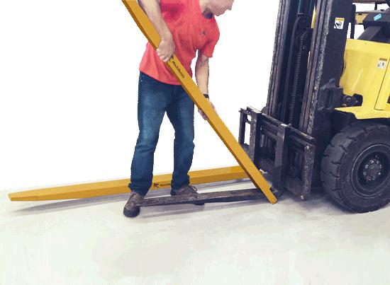 É fácil para instalar e remover do garfo. Possui pino de travamento fixo que o mantém preso ao garfo da empilhadeira durante operação.
