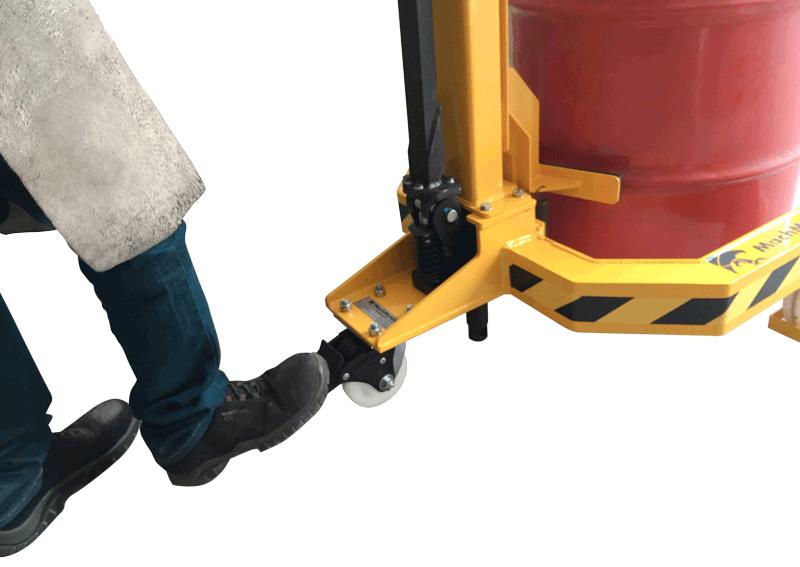 Rodízio traseiro com capacidade elevada e freio seguro para utilização durante processo de içamento do tambor.
