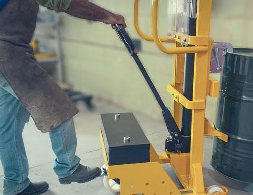 O Carrinho para Transporte de Tambor com Contrapeso é fabricado com estrutura robusta que garante estabilidade durante a operação. Utilizamos alças e pegadores ergonômicos para minimizarem esforço físico.