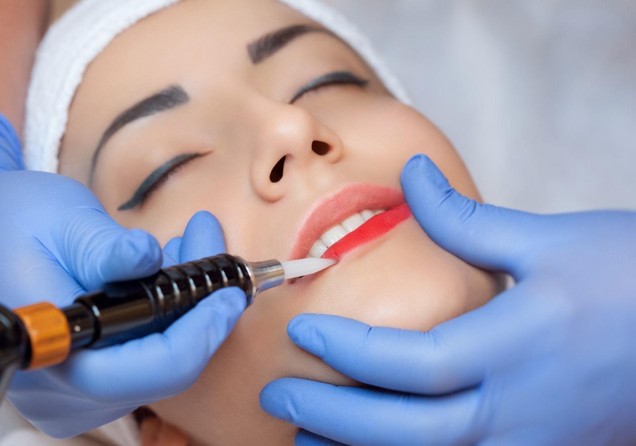 איפור קבוע לשפתיים