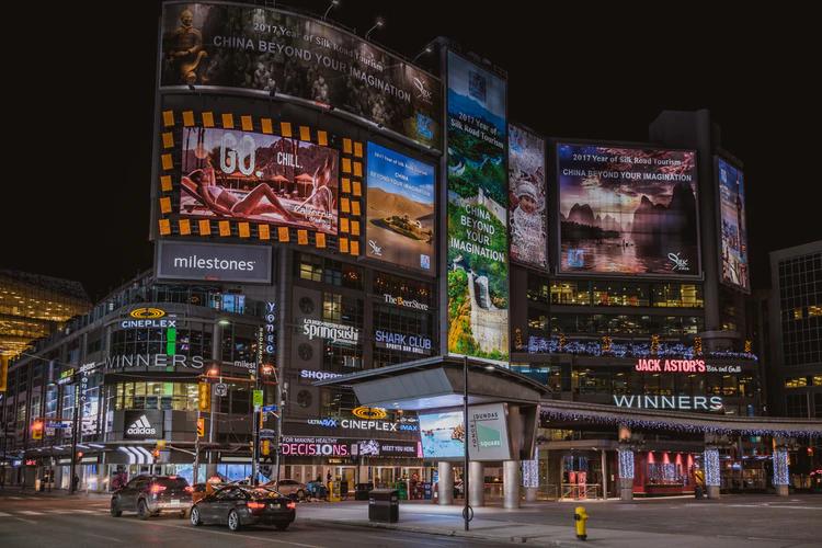 Toronto: Yonge-Dundas Square