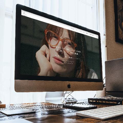Emmanuelle Lebas website op een computer in een bureau