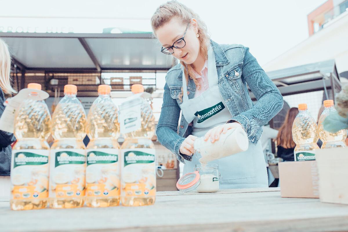 Vrouw die mayonaise maakt op een event van Vandemoortele