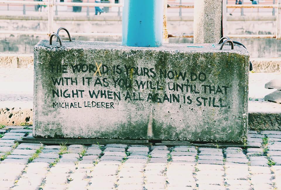 betonblok met slogan opgeschreven