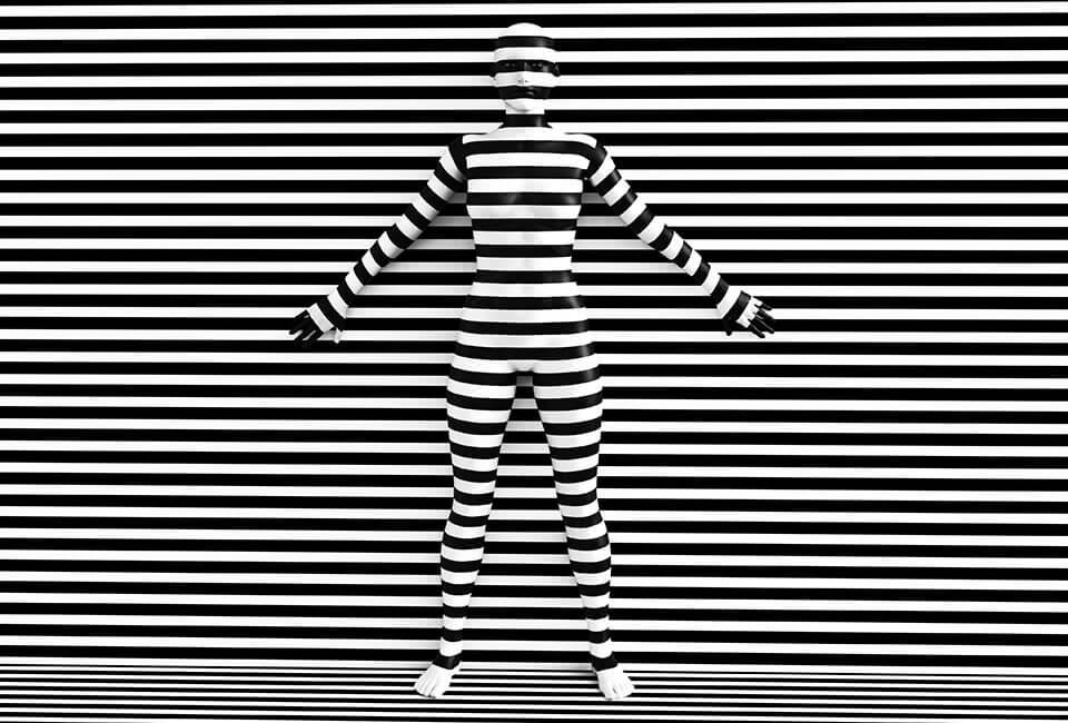 persoon in lijnen camouflage
