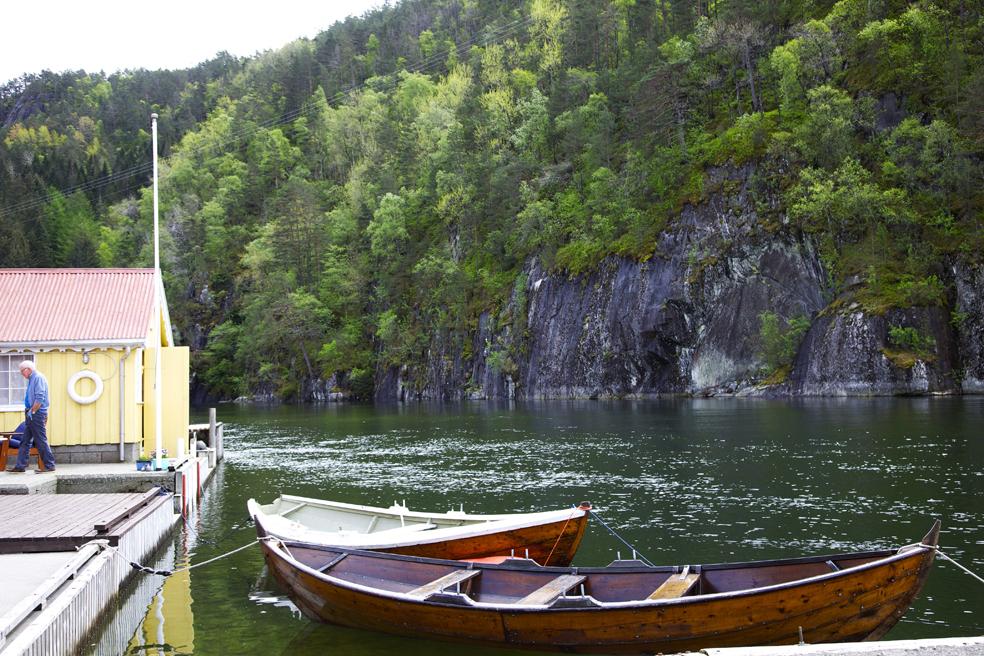Trebåt som ligg ved kai