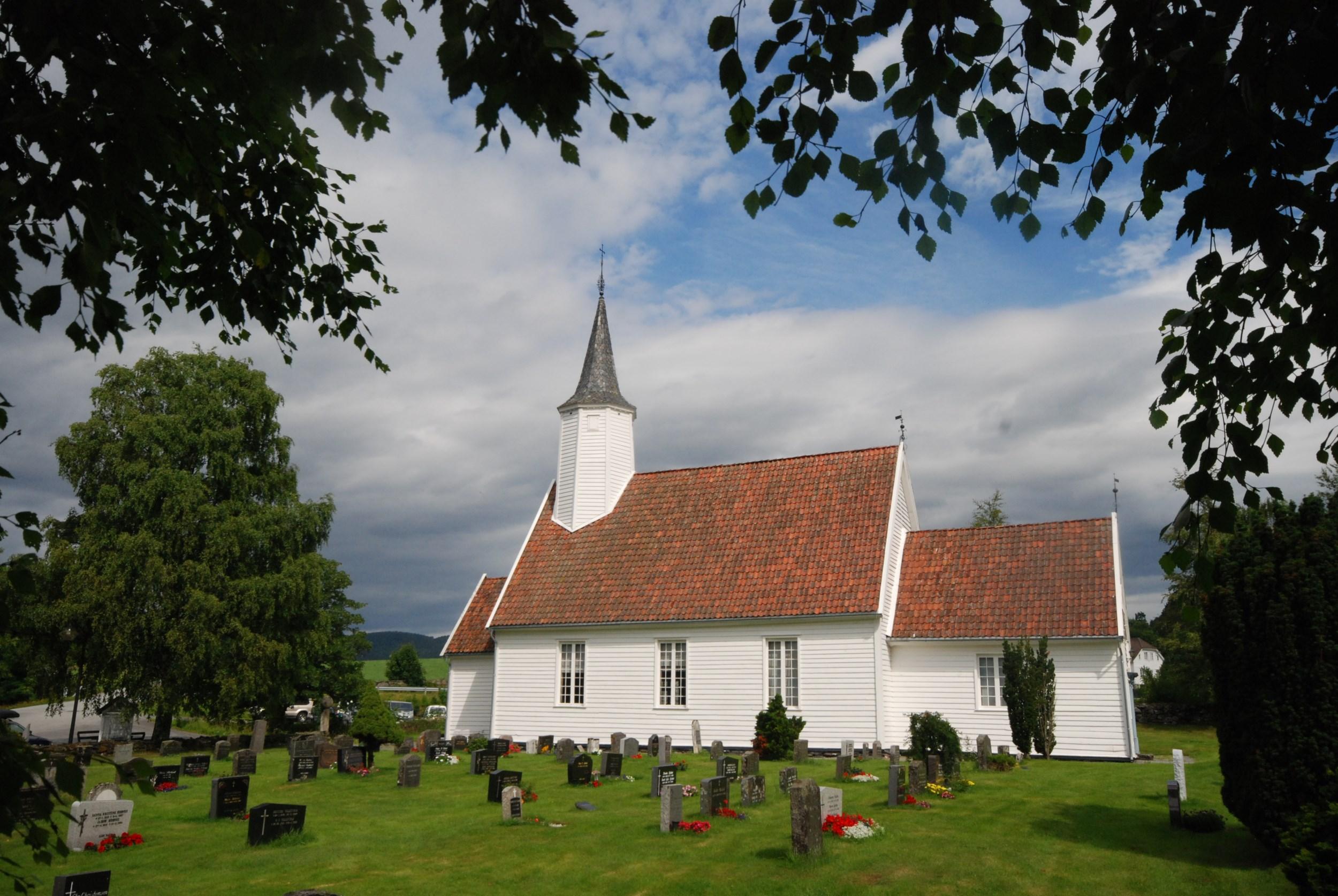 Bilde av Jelsa kyrkje frå avstand