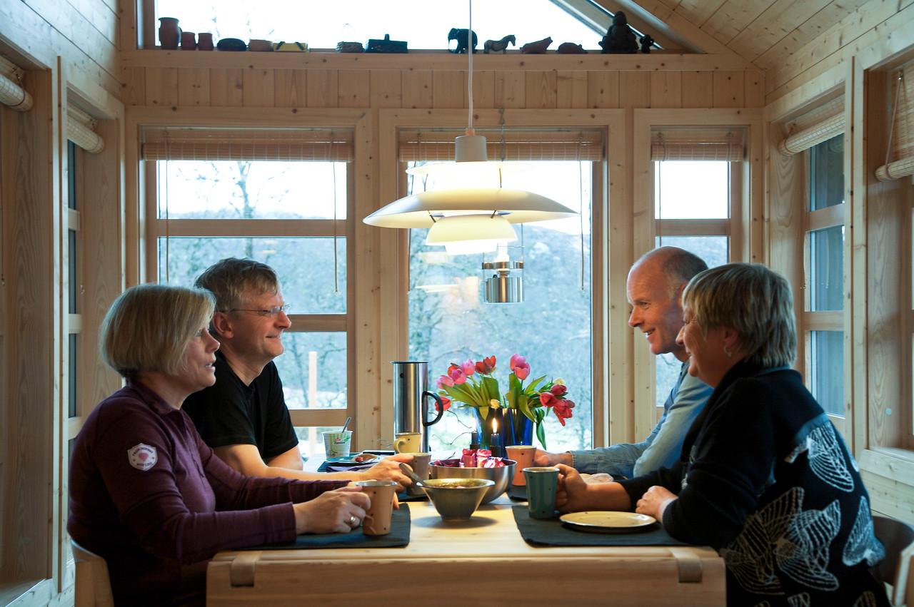 Menneske rundt bord i hytte