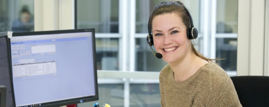Hotline und E-Mail-Support - Frau am Monitor