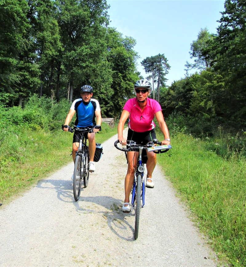 Zwei Leute beim Fahrradfahren